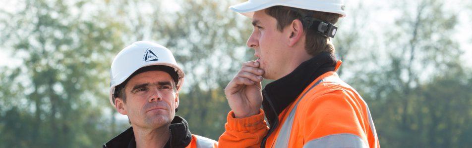 deux ouvriers réfléchissant sur un chantier