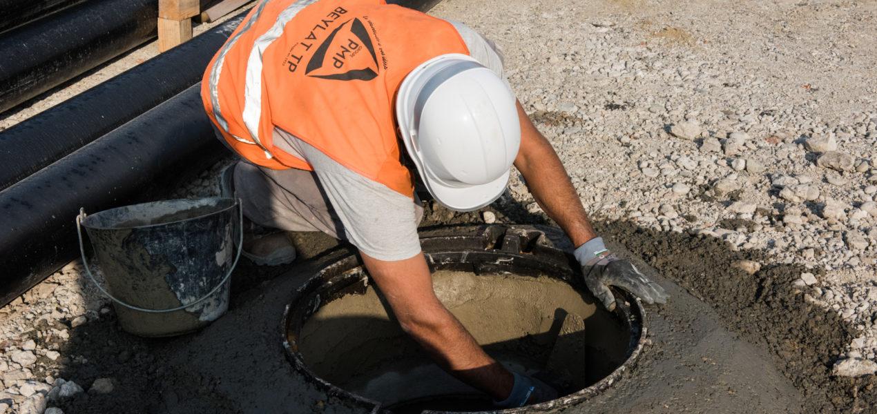 ouvrier réalisant des travaux d'assainissement