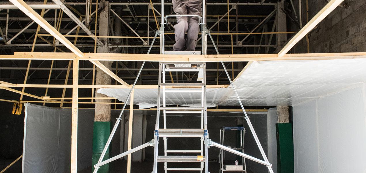 ouvrier en train de préparer le chantier