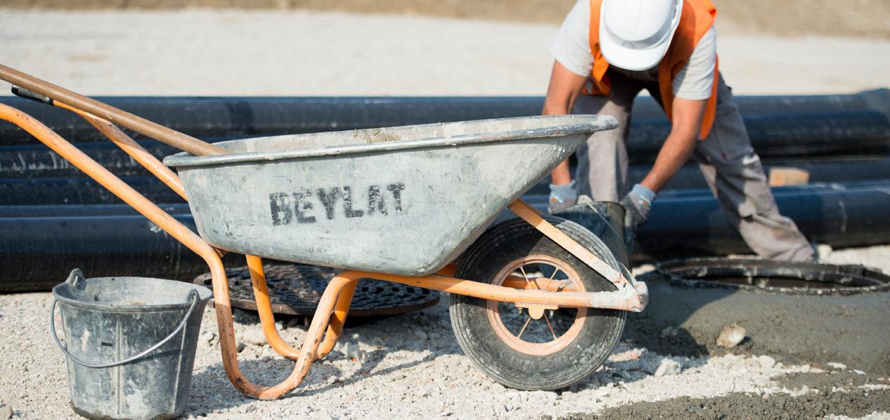 ouvrier sur chantier maconnerie beylat tp