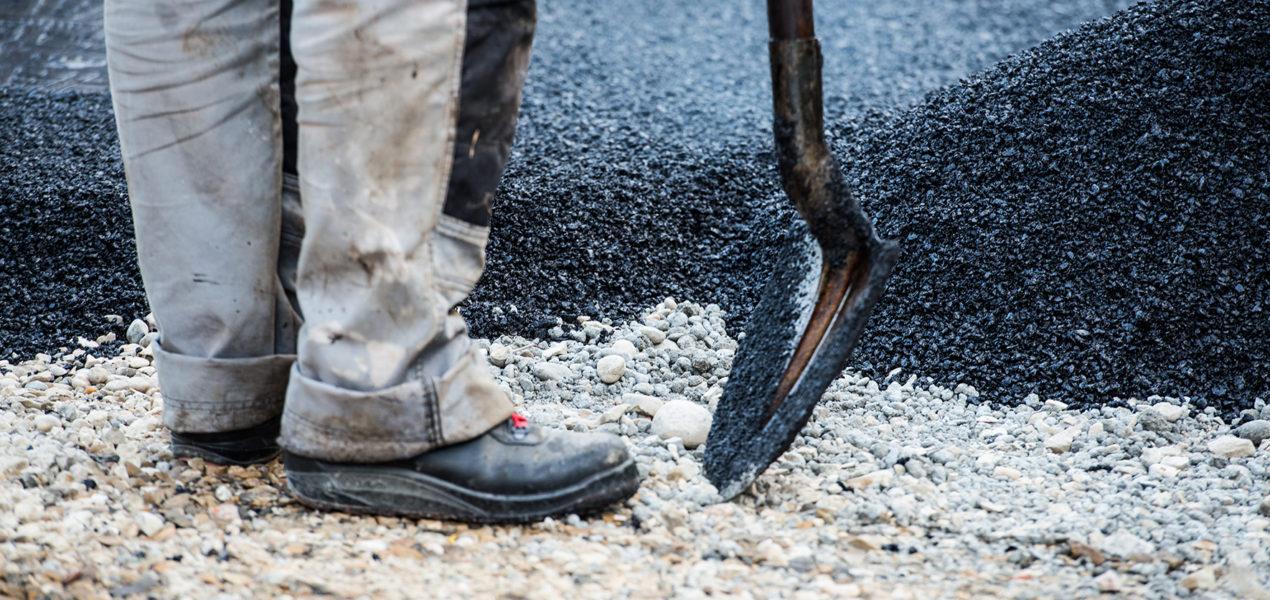 zoom sur pelle et chaussure d'ouvrier